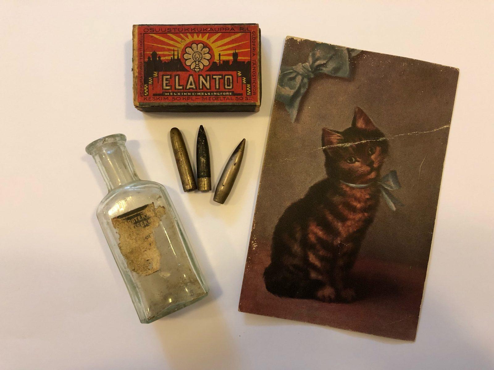 Vanhoja tavaroita: kissakortti, tulitikut, luoteja